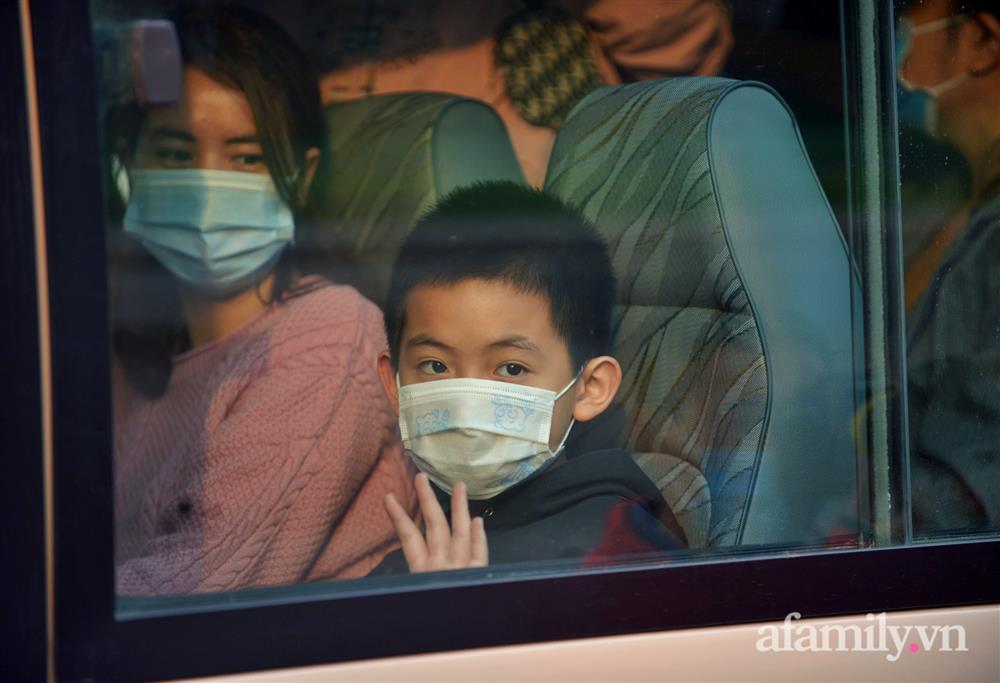 Niềm vui ngày mùng 3 Tết: Toàn bộ học sinh TH Xuân Phương còn lại hoàn thành cách ly, được nhận lì xì trước khi về nhà trong vòng tay cha mẹ-11