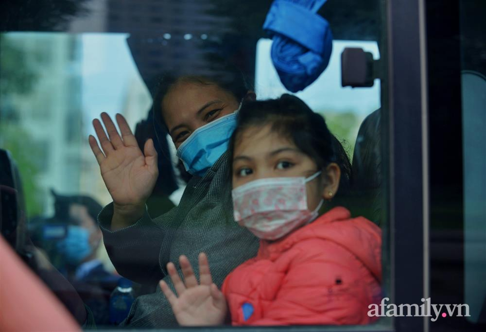 Niềm vui ngày mùng 3 Tết: Toàn bộ học sinh TH Xuân Phương còn lại hoàn thành cách ly, được nhận lì xì trước khi về nhà trong vòng tay cha mẹ-13