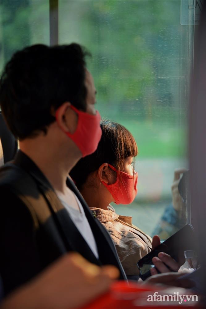 Niềm vui ngày mùng 3 Tết: Toàn bộ học sinh TH Xuân Phương còn lại hoàn thành cách ly, được nhận lì xì trước khi về nhà trong vòng tay cha mẹ-14