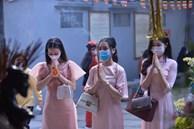 Valentine nhằm đúng mùng 3 Tết, nữ tú Hà Nội nườm nượp đến chùa Hà cầu duyên đông nghịt từ sáng đến chiều