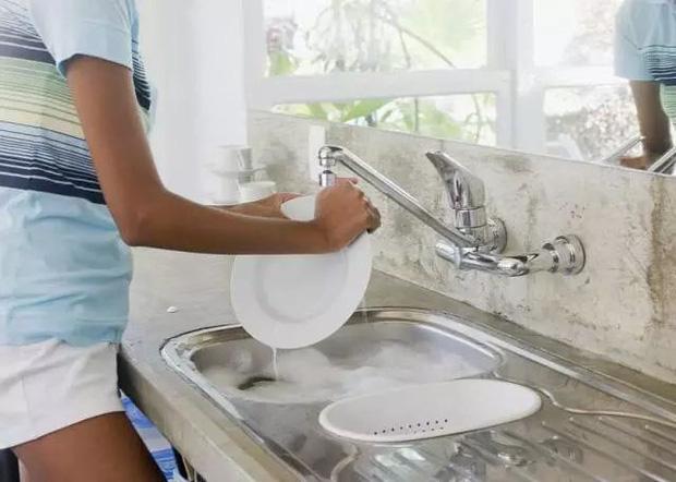 5 sai lầm khi rửa bát khiến vi khuẩn tăng 70.000 lần, không rửa sạch thì bạn sẽ ăn hết chúng vào bụng-2