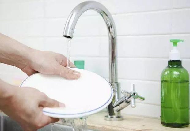 5 sai lầm khi rửa bát khiến vi khuẩn tăng 70.000 lần, không rửa sạch thì bạn sẽ ăn hết chúng vào bụng-4