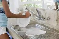 5 sai lầm khi rửa bát khiến vi khuẩn tăng 70.000 lần, không rửa sạch thì bạn sẽ ăn hết chúng vào bụng