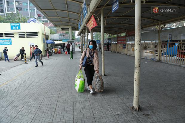 Ảnh: Chiều mùng 5 Tết, cửa ngõ Hà Nội lại ùn tắc do dòng người từ các tỉnh thành đổ về-32