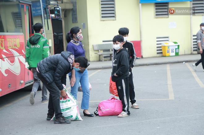 Ảnh: Chiều mùng 5 Tết, cửa ngõ Hà Nội lại ùn tắc do dòng người từ các tỉnh thành đổ về-35