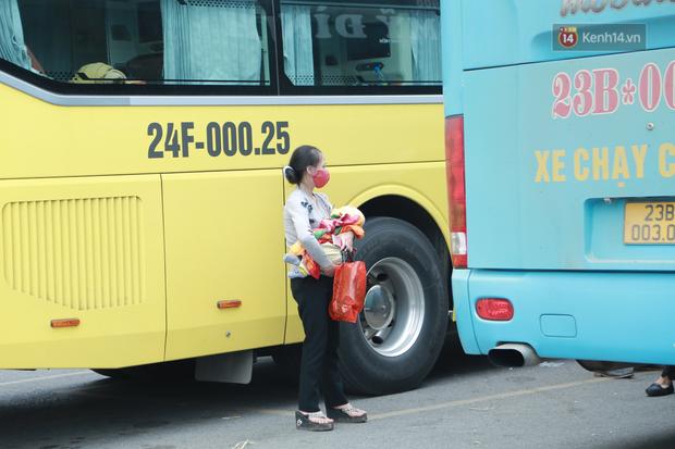 Ảnh: Chiều mùng 5 Tết, cửa ngõ Hà Nội lại ùn tắc do dòng người từ các tỉnh thành đổ về-37