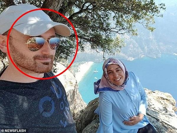 Vợ ôm bụng bầu chụp hình ở vách núi mà chẳng nhận ra nụ cười nham hiểm của gã chồng tàn độc trước khi bị xô ngã đến chết-1