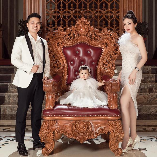 Cô dâu 200 cây vàng ở Nam Định khoe con gái xinh tròn 1 tuổi, chỉ nhìn dáng ngồi của bé cũng thấy ngay cả một đời vương giả-4