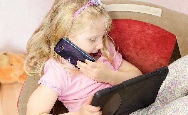 Bé gái 12 tuổi mải chơi điện thoại, rơi xuống giếng suýt chết: 3 lời khuyên để trẻ bỏ nghiện đồ điện tử, hiệu quả hơn 100 lần so với đánh đập-7