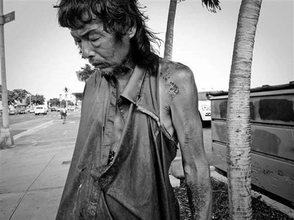 Đi chụp hình người vô gia cư, cô gái khóc nghẹn khi biết danh tính người đàn ông rách rưới trong bức ảnh mình vô tình chụp được-3