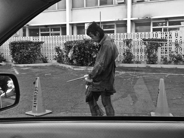 Đi chụp hình người vô gia cư, cô gái khóc nghẹn khi biết danh tính người đàn ông rách rưới trong bức ảnh mình vô tình chụp được-4