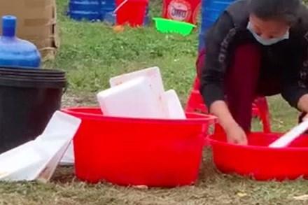 """Thấy người phụ nữ ngồi rửa lại hộp đựng cá viên chiên để bán cho khách, cô gái quay clip """"bóc phốt"""" liền bị dân mạng chỉ trích ngược"""