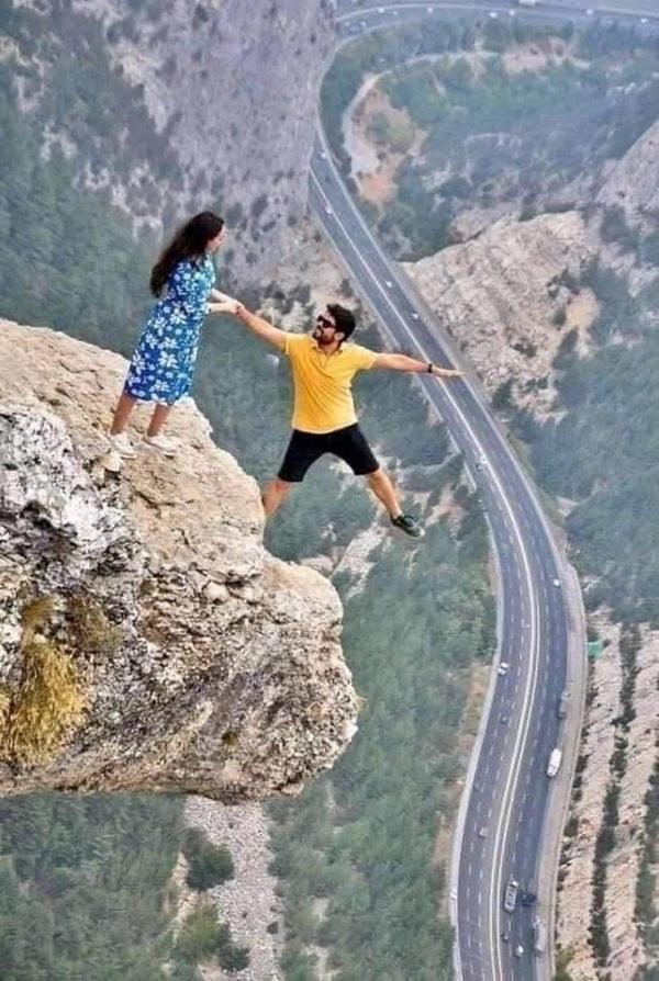 Đăng bức ảnh chụp trên vách đá cheo leo, cặp đôi bị ném đá tơi bời vì quá mạo hiểm, nhưng sự thật phía sau khiến tất cả câm nín-1