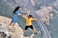 Đăng bức ảnh chụp trên vách đá cheo leo, cặp đôi bị 'ném đá' tơi bời vì quá mạo hiểm, nhưng sự thật phía sau khiến tất cả câm nín