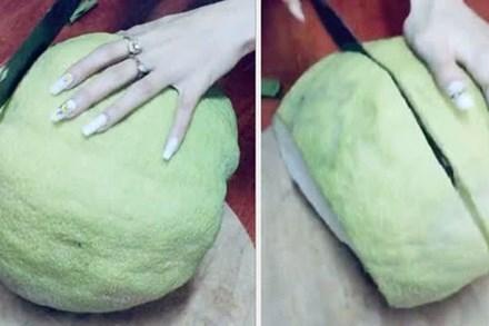 Mua quả bưởi khổng lồ về nhà trưng Tết, tới mùng 5 xẻ ra ăn cô gái mới tá hoả vì cảnh tượng bên trong