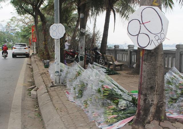 Hà Nội: Hoa tươi đổ đống đầy vỉa hè, nhà vườn bất lực nhìn giá lao dốc-1