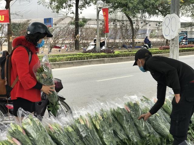 Hà Nội: Hoa tươi đổ đống đầy vỉa hè, nhà vườn bất lực nhìn giá lao dốc-2