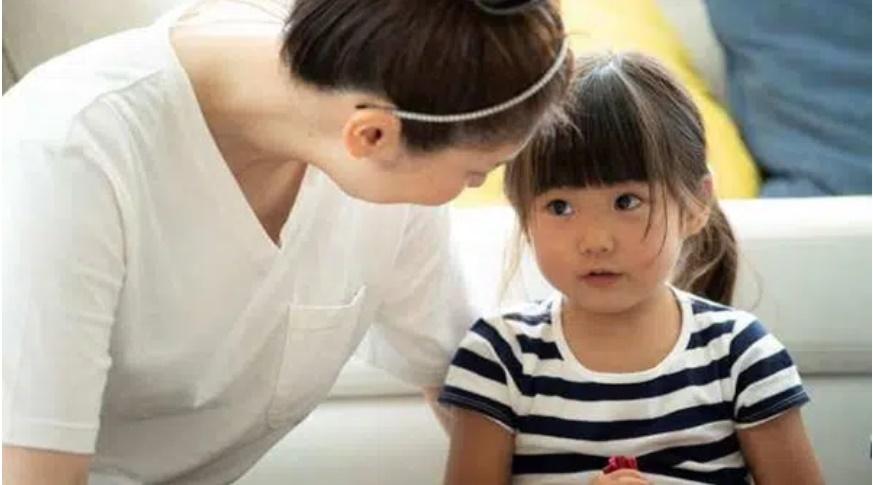 Con gái 6 tuổi nhất quyết khóa trái cửa khi thay quần áo, phát hiện nguyên nhân khiến bà mẹ không khỏi sợ hãi-1