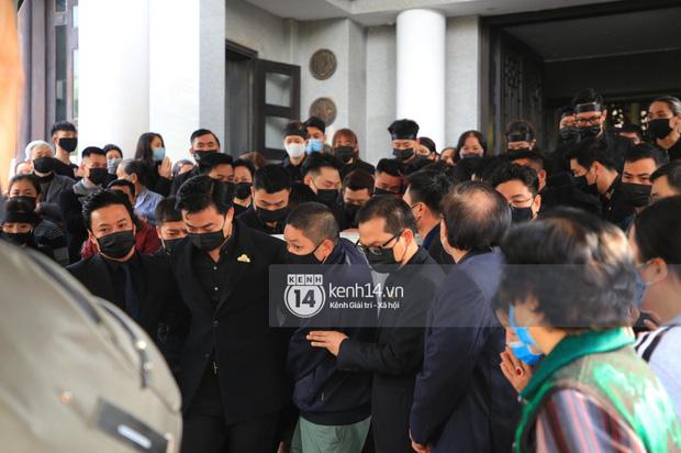Tang lễ cố NSND Hoàng Dũng: NS Xuân Bắc - Huỳnh Anh cùng nhiều đồng nghiệp đến viếng, linh cữu được đưa đi an táng-3