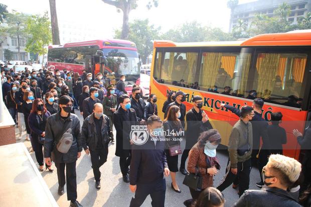 Tang lễ cố NSND Hoàng Dũng: NS Xuân Bắc - Huỳnh Anh cùng nhiều đồng nghiệp đến viếng, linh cữu được đưa đi an táng-5