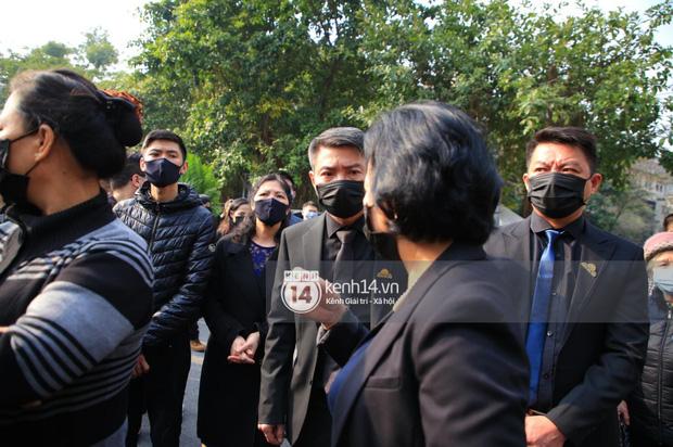 Tang lễ cố NSND Hoàng Dũng: NS Xuân Bắc - Huỳnh Anh cùng nhiều đồng nghiệp đến viếng, linh cữu được đưa đi an táng-4