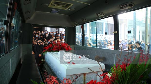 Tang lễ cố NSND Hoàng Dũng: NS Xuân Bắc - Huỳnh Anh cùng nhiều đồng nghiệp đến viếng, linh cữu được đưa đi an táng-6