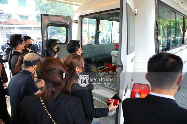 Tang lễ cố NSND Hoàng Dũng: NS Xuân Bắc - Huỳnh Anh cùng nhiều đồng nghiệp đến viếng, linh cữu được đưa đi an táng-7