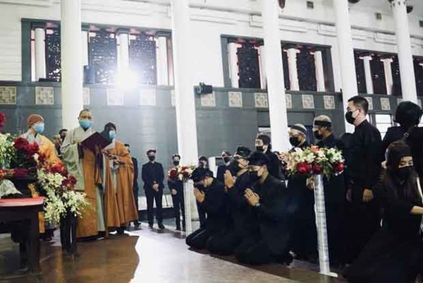 Bên trong lễ tang NSND Hoàng Dũng: Giới nghệ sĩ nghẹn ngào, mắt đỏ hoe trong giờ phút tiễn đưa linh cữu về nơi an nghỉ-2