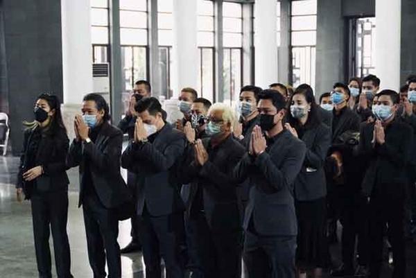 Bên trong lễ tang NSND Hoàng Dũng: Giới nghệ sĩ nghẹn ngào, mắt đỏ hoe trong giờ phút tiễn đưa linh cữu về nơi an nghỉ-5