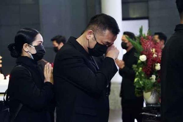 Bên trong lễ tang NSND Hoàng Dũng: Giới nghệ sĩ nghẹn ngào, mắt đỏ hoe trong giờ phút tiễn đưa linh cữu về nơi an nghỉ-6