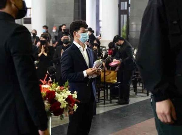 Bên trong lễ tang NSND Hoàng Dũng: Giới nghệ sĩ nghẹn ngào, mắt đỏ hoe trong giờ phút tiễn đưa linh cữu về nơi an nghỉ-8