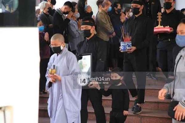 Người vợ tào khang đứng không vững, 2 con trai cúi đầu tiễn đưa NSND Hoàng Dũng về nơi an nghỉ cuối cùng-5