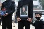 Hình ảnh cuối cùng trước khi chôn cất thi hài NSND Hoàng Dũng ở quê nhà: Con trai ôm chặt di ảnh, tiễn cha về với đất mẹ-6