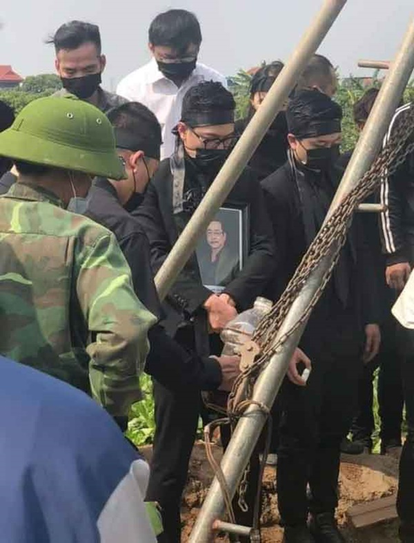 Hình ảnh cuối cùng trước khi chôn cất thi hài NSND Hoàng Dũng ở quê nhà: Con trai ôm chặt di ảnh, tiễn cha về với đất mẹ-1