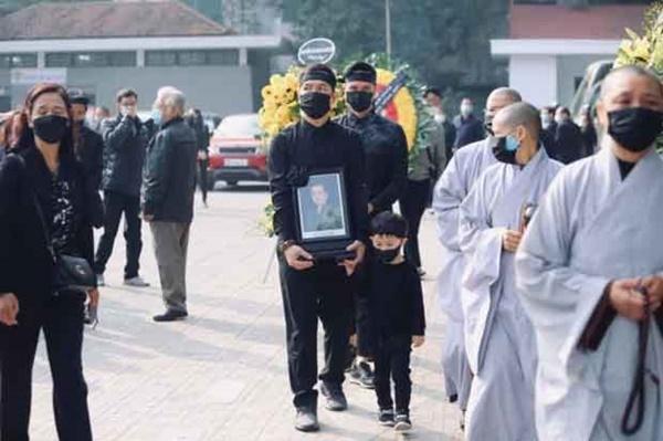 Hình ảnh cuối cùng trước khi chôn cất thi hài NSND Hoàng Dũng ở quê nhà: Con trai ôm chặt di ảnh, tiễn cha về với đất mẹ-4