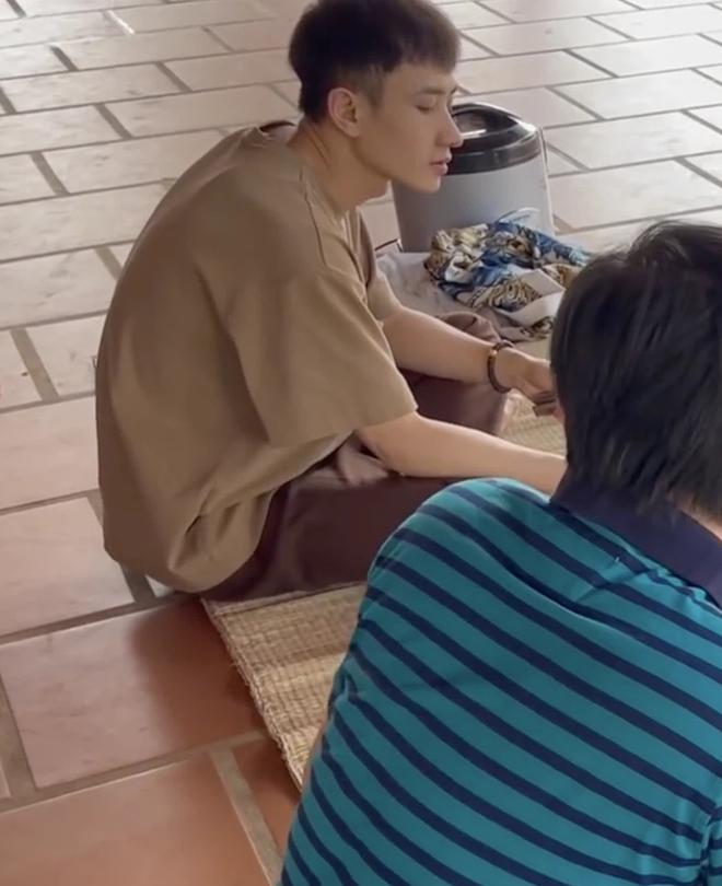 """Trai đẹp lọt vào mắt xanh dân mạng khi ăn cơm ké"""" nhà danh hài Hoài Linh, info được tìm ra trong phút mốt-2"""