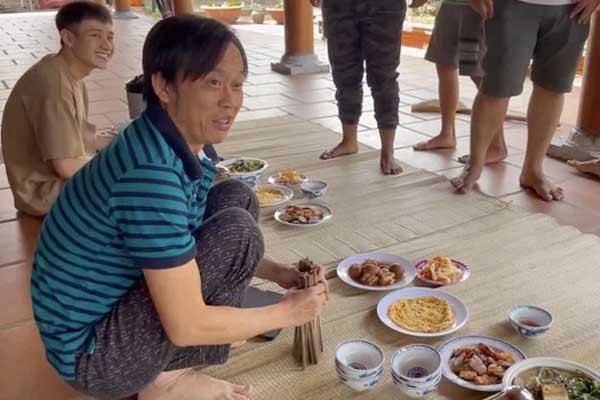 """Trai đẹp lọt vào mắt xanh dân mạng khi """"ăn cơm ké"""" nhà danh hài Hoài Linh, info được tìm ra trong phút mốt"""