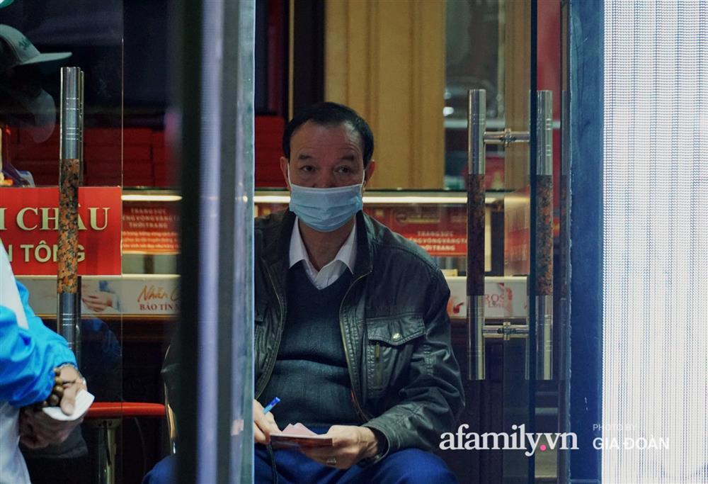 Người Hà Nội xếp hàng từ 3h sáng chờ mua vàng ngày vía Thần Tài-4