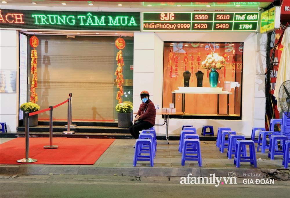 Người Hà Nội xếp hàng từ 3h sáng chờ mua vàng ngày vía Thần Tài-7