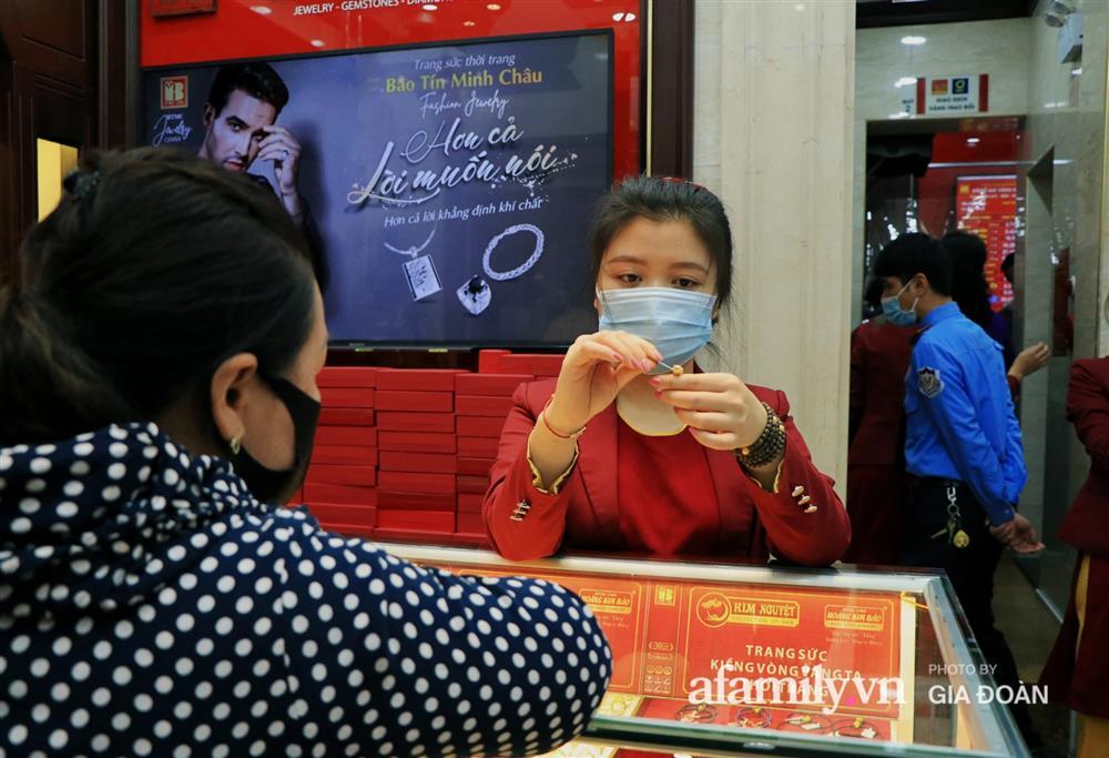 Người Hà Nội xếp hàng từ 3h sáng chờ mua vàng ngày vía Thần Tài-11