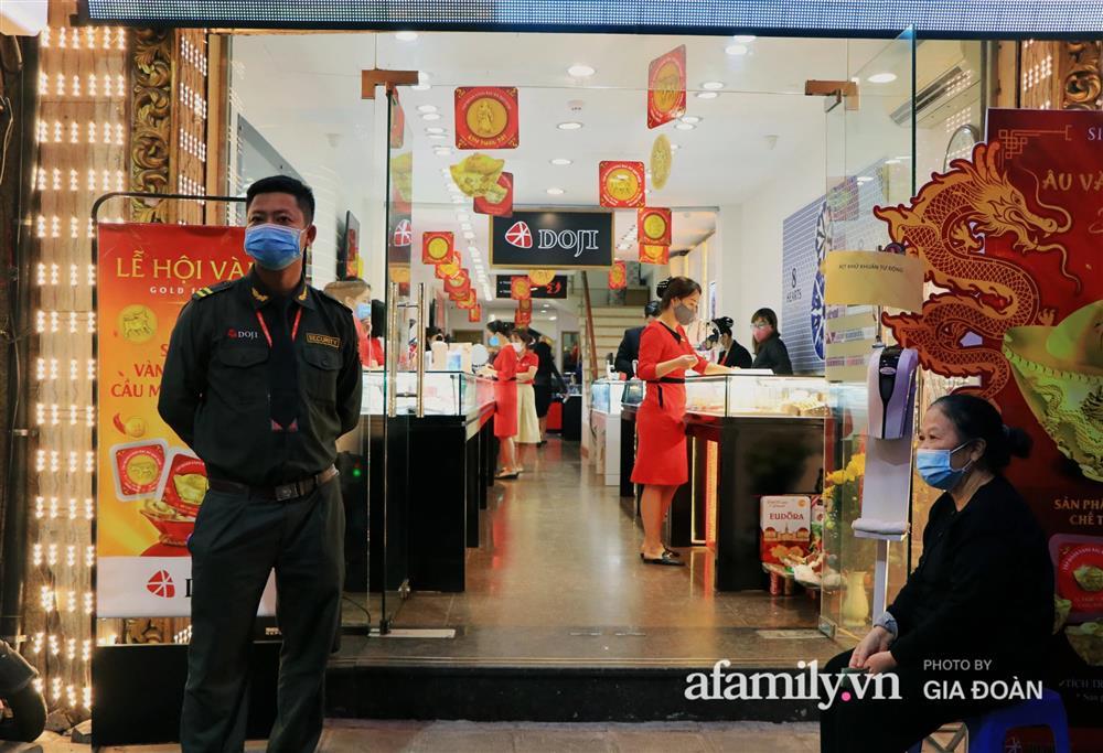 Người Hà Nội xếp hàng từ 3h sáng chờ mua vàng ngày vía Thần Tài-9