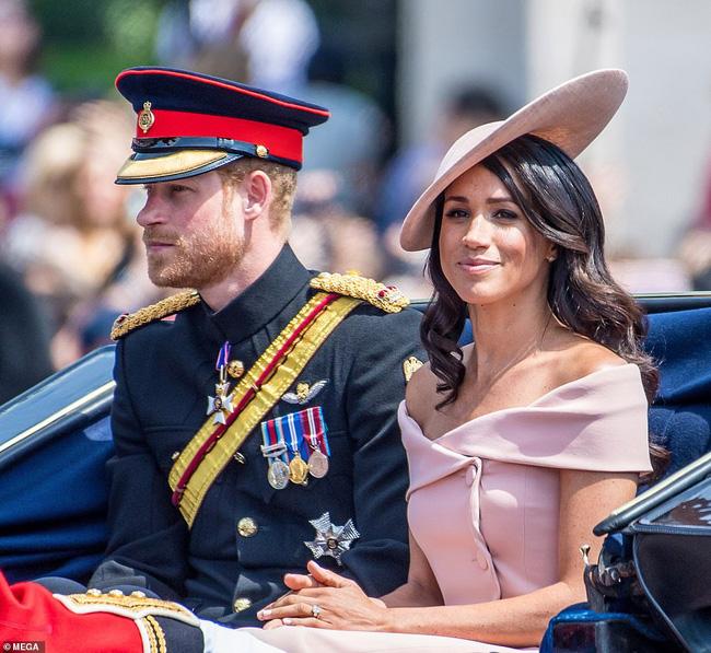 Em bé hoàng gia Anh mới chào đời chính thức lộ diện khiến người hâm mộ xuýt xoa, nhà Meghan Markle cũng bị lu mờ-5
