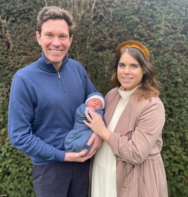 Em bé hoàng gia Anh mới chào đời chính thức lộ diện khiến người hâm mộ xuýt xoa, nhà Meghan Markle cũng bị lu mờ-1