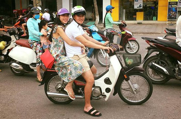 Công Vinh mặc giản dị, mang dép lê đèo Thuỷ Tiên trên chiếc xe máy cũ: 13 năm bên nhau mà đáng yêu như mới hẹn hò!-3