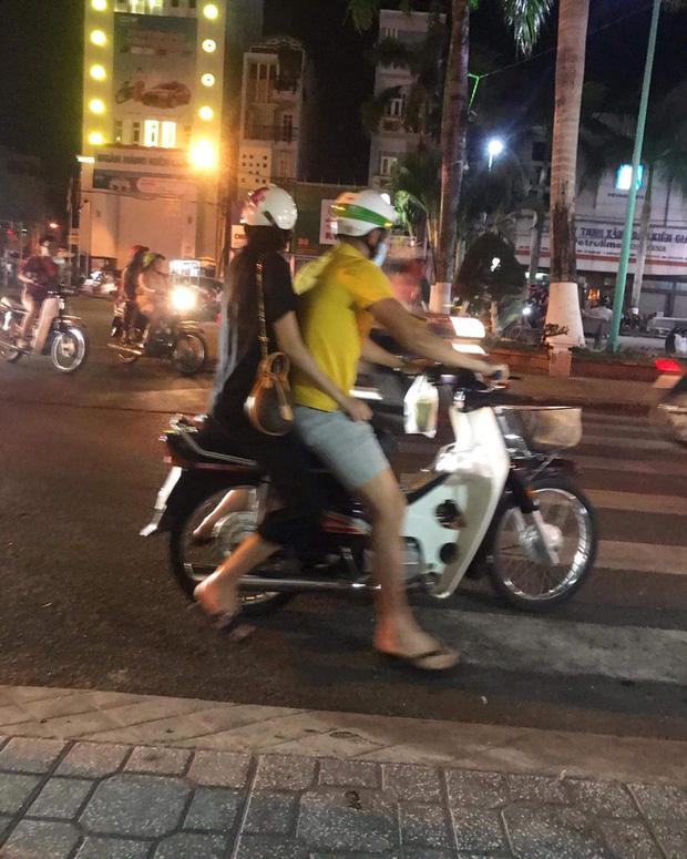 Công Vinh mặc giản dị, mang dép lê đèo Thuỷ Tiên trên chiếc xe máy cũ: 13 năm bên nhau mà đáng yêu như mới hẹn hò!-2