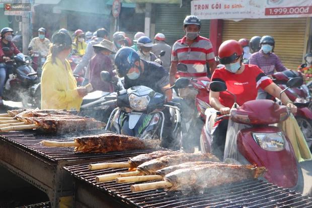 Phố cá lóc nướng đông nghẹt ngày vía Thần tài, nhiều gia đình hốt bạc khi bán sạch 2.000 con trong một buổi sáng-1