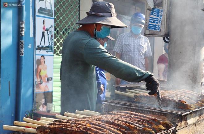 Phố cá lóc nướng đông nghẹt ngày vía Thần tài, nhiều gia đình hốt bạc khi bán sạch 2.000 con trong một buổi sáng-2