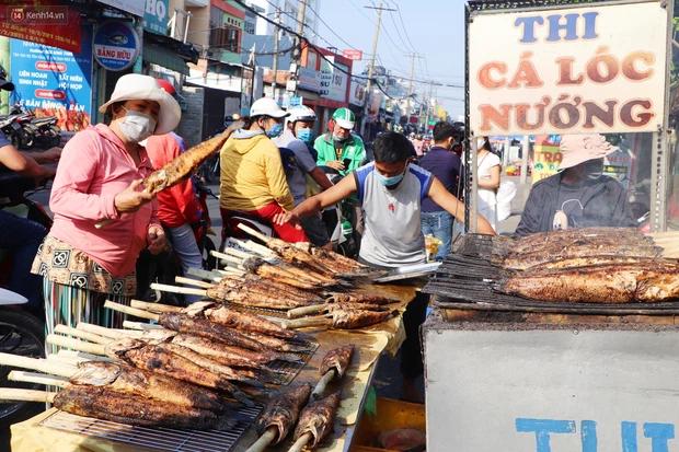 Phố cá lóc nướng đông nghẹt ngày vía Thần tài, nhiều gia đình hốt bạc khi bán sạch 2.000 con trong một buổi sáng-4