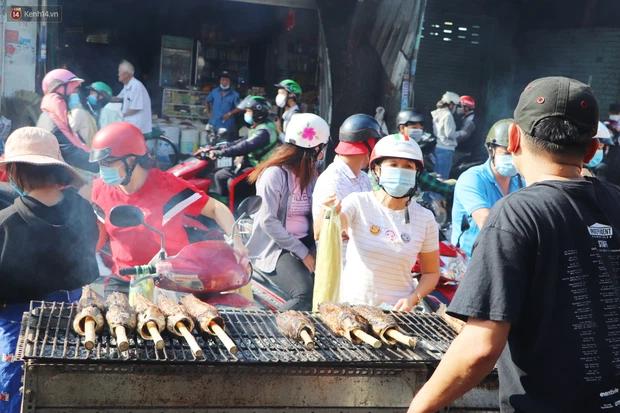 Phố cá lóc nướng đông nghẹt ngày vía Thần tài, nhiều gia đình hốt bạc khi bán sạch 2.000 con trong một buổi sáng-14