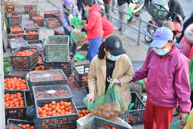 Chuyện người Hà Nội giải cứu hàng chục tấn nông sản: Hàng bán được, bà con Hải Dương mừng lắm-5